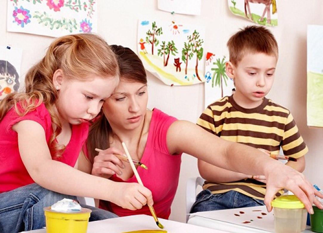 föräldrar med barn målar tillsammans
